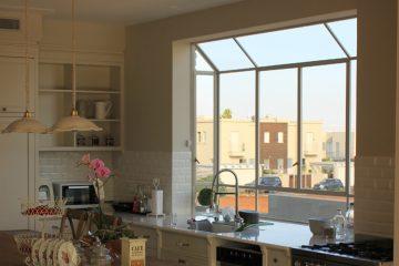 עיצוב חלון בלגי במטבח